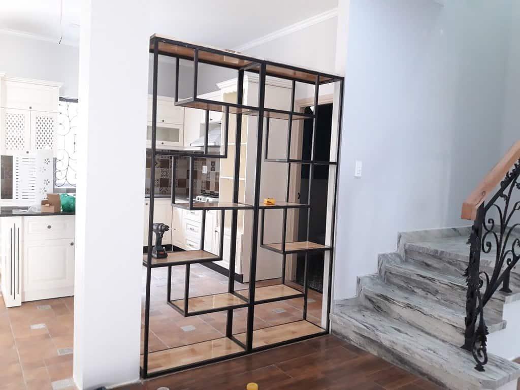 Kệ trang trí khung chân sắt mặt gỗ GHZ-494 nhà chị Linh San - Bình Long - Tân Phú