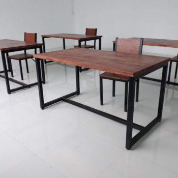 Bàn làm việc và bàn họp khung chân sắt mặt gỗ thông tại Cty Cty TNHH Slappys VN