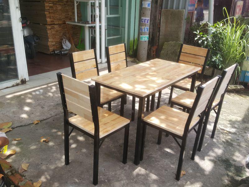 Mẫu bàn ghế quán ăn khung chân sắt mặt gỗ cao su GHZ-920 hơn 2 năm vẫn sốt sình sịch